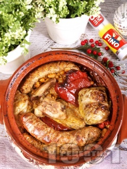 Коледна капама със сушени чушки, постни сарми от кисело зеле и ориз, боб от консерва и три вида месо - свински гърди, пилешки бутчета и наденица - снимка на рецептата